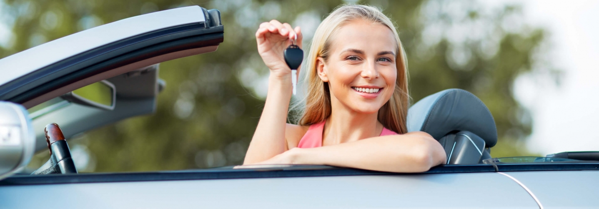 Woman buys auto insurance for new car in 2020